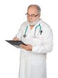 Docteur aîné avec la planchette Images stock