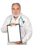 Docteur aîné avec la planchette et le papier blanc Images stock