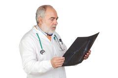 Docteur aîné avec le cheveu blanchi avec une radiographie Photos libres de droits