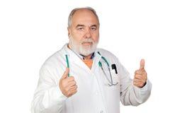 Docteur aîné avec le cheveu blanchi disant normalement Photos libres de droits