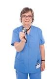 Docteur aîné contrôlant vos battements de coeur Images stock