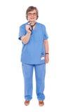 Docteur aîné de dame posant avec le stéthoscope Photos libres de droits