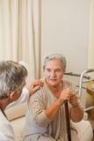 Docteur aîné parlant avec son patient Photographie stock