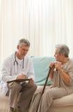 Docteur aîné parlant avec son patient Photos stock