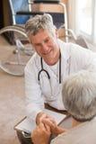 Docteur aîné parlant avec son patient Image libre de droits
