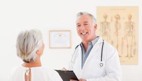 Docteur aîné parlant avec son patient malade Images libres de droits