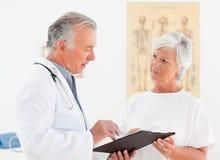 Docteur aîné parlant avec son patient malade Photo stock