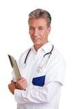 Docteur aîné retenant une planchette Photographie stock libre de droits