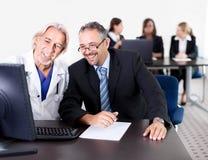 Docteur affichant à son patient une prescription images libres de droits