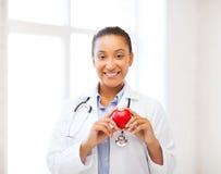 Docteur africain avec le coeur Photographie stock