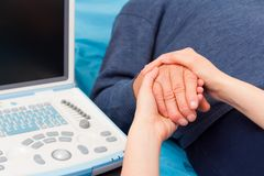 Docteur aimable Supporting Her Patient image libre de droits