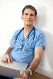 Docteur amical avec l'ordinateur portatif Images libres de droits