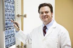 Docteur amical avec le balayage de CT Images stock