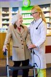 Docteur amical avec le patient employant le marcheur Image stock