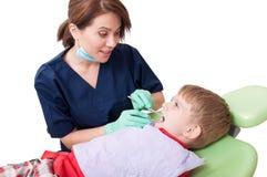Docteur amical et d'amusement de dentiste Photographie stock
