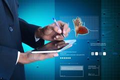 Docteur analysant le rapport sur la tablette Image libre de droits