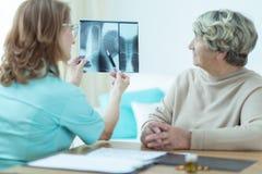 Docteur analysant le rayon X Photos stock