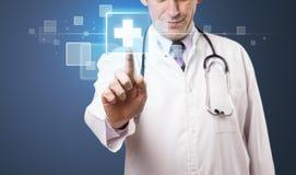 Docteur appuyant le type médical moderne de bouton images libres de droits
