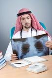 Docteur arabe avec le rayon X photographie stock libre de droits