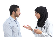 Docteur arabe parlant avec un patient image stock