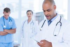 Docteur attentif envoyant un message textuel images libres de droits