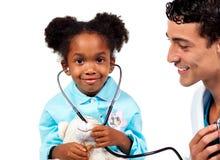 Docteur attentif jouant avec son patient photo stock