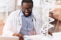 Docteur attentif occupé avec le travail Photographie stock