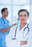 Docteur attentif regardant l'appareil-photo Images libres de droits
