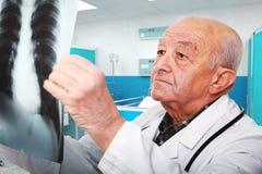 Docteur aîné au travail Image stock