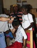 Docteur au travail dans le domaine de mission du Haïti Photographie stock libre de droits