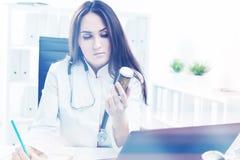 Docteur aux pilules de travail et d'examen Photo libre de droits