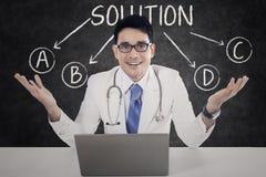 Docteur avec des choix de solution images stock