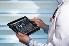 Docteur avec des données de comprimé consultant un rapport médical d'un patient photos libres de droits