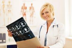 Docteur avec des rayons X photo libre de droits