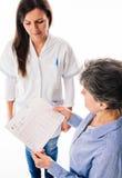 Docteur avec l'électrocardiogramme se tenant patient Photo libre de droits