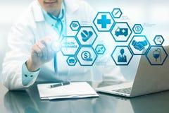 Docteur avec l'icône moderne d'interface d'assurance médicale maladie image stock