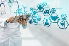 Docteur avec l'icône moderne d'interface d'assurance médicale maladie photos libres de droits