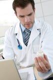 Docteur avec l'ordinateur portable et le médicament Images stock