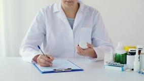Docteur avec la médecine et le presse-papiers à l'hôpital clips vidéos