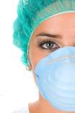 Docteur avec la robe d'exécution ou de recherche Photographie stock libre de droits