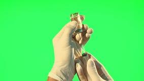 Docteur avec la seringue élaborant la bouteille liquide claire de forme banque de vidéos