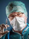Docteur avec la seringue images stock