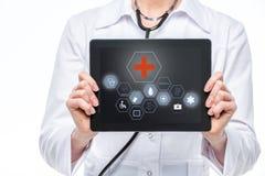 Docteur avec la tablette digitale photos libres de droits