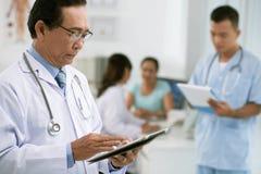Docteur avec la tablette digitale Photographie stock