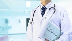 Docteur avec le cardiographe photos libres de droits