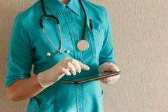 Docteur avec le comprimé Image stock