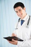 Docteur avec le crayon lecteur et la planchette photos libres de droits