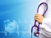 Docteur avec le fond bleu médical