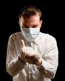 Docteur avec le masque et la seringue photo libre de droits