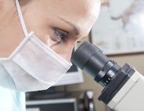 Docteur avec le microscope photo stock
